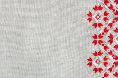 O teste padrão bordado pelo algodão vermelho e branco rosqueia para o fundo ou a tampa Fotos de Stock Royalty Free
