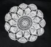 O teste padrão branco faz crochê a toalha de mesa Fotografia de Stock Royalty Free