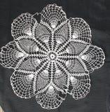 O teste padrão branco faz crochê a toalha de mesa Imagem de Stock Royalty Free