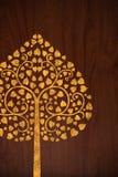 O teste padrão cinzela a árvore do ouro na textura de madeira Fotos de Stock Royalty Free