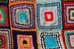 O teste padrão colorido dos retalhos do Crochet handcraft imagens de stock