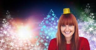 O teste padrão colorido vestindo da árvore de Natal do chapéu e do floco de neve do partido da mulher dá forma pelo ano novo Fotografia de Stock Royalty Free