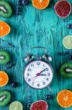 O teste padrão cortou o citrino, alfazema, mirtilo, cronometra o modelo azul da opinião superior do fundo da mesa Imagem de Stock Royalty Free