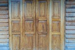 O teste padrão de madeira da porta textured o fundo, lugar antigo em Tailândia Imagens de Stock