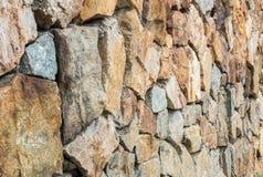 O teste padrão de superfície do tijolo do close up na parede de tijolo de pedra marrom velha na cerca textured o fundo foto de stock royalty free
