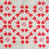 O teste padrão do bordado pelo algodão vermelho e branco rosqueia para o fundo ou a tampa Bordado do ofício Foto de Stock Royalty Free