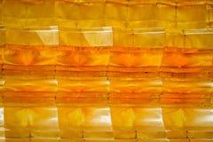 O teste padrão e a textura da técnica do estuque do ouro no pagode tailandês surgem Fotografia de Stock Royalty Free