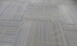 O teste padrão encheu o tapete que pavimenta a cor cinzenta em um muscat oman do prédio de escritórios fotos de stock