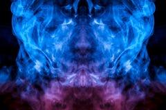 O teste padrão místico da cara de uma pessoa do fumo de evaporação nas línguas finas é como uma chama do azul em um fundo preto ilustração royalty free