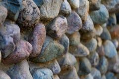 O teste padrão que alinha as paredes de pedra velhas feitas das pedras de tamanhos diferentes, foco seletivo imagens de stock royalty free