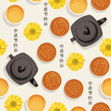 O teste padrão sem emenda com chá chinês, bule, copos, lua endurece, flor para o festival do meados de-outono Fotografia de Stock Royalty Free