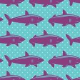 O teste padrão sem emenda com os tubarões violetas no azul pontilhou o fundo Imagem de Stock