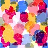 O teste padrão sem emenda de uma multidão de muitos povos diferentes perfila as cabeças ilustração royalty free