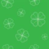 O teste padrão sem emenda do dia do ` s de St Patrick com o trevo macio verde sae no fundo branco Fotos de Stock