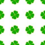 O teste padrão sem emenda do dia do ` s de St Patrick com o trevo verde do mosaico sae no fundo branco Imagem de Stock