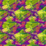 O teste padrão sem emenda do grunge verde, roxo, amarelo com mão abstrata cursos tirados da escova e a pintura coloridos espirram Imagens de Stock Royalty Free