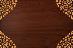O teste padrão tailandês cinzela o ouro na textura de madeira Fotos de Stock Royalty Free