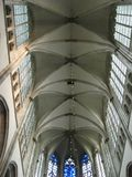 O teto alto e as janelas superiores dentro do Domkerk em Utrecht, os Países Baixos fotos de stock royalty free