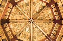 O teto de madeira octogonal, cobre com sapê o teto fotos de stock