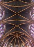O teto do Sainte Chapelle construiu pelo rei Louis IX em Paris fotos de stock