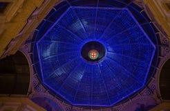 O teto iluminou no tempo do Natal da galeria Vittorio Emanuele II na noite em Milão, Itália fotografia de stock