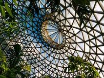 O teto moderno acumulado do triângulo deu forma aos elementos de vidro Fotos de Stock