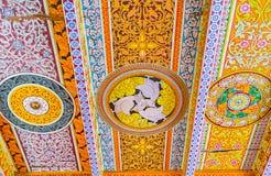 O teto no templo budista Fotografia de Stock Royalty Free