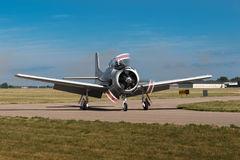 O Texan AT-6 gerencie sobre o Taxiway Fotos de Stock