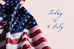 O texto é hoje o 4 de julho e bandeiras americanas Fotos de Stock