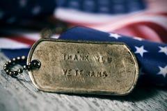 O texto agradece-lhe veteranos em uma etiqueta de cão imagem de stock royalty free