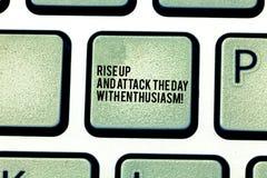 O texto da escrita aumenta acima e ataca o dia com entusiasmo O significado do conceito seja chave de teclado motivado inspirada  foto de stock