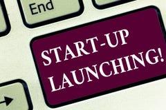 O texto da escrita começa acima lançar-se Lançamento do significado do conceito que começa estratégias de um teclado recentemente foto de stock royalty free
