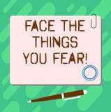 O texto da escrita enfrenta as coisas você medo O significado do conceito tem a coragem confrontar situações assustadores anula a ilustração do vetor