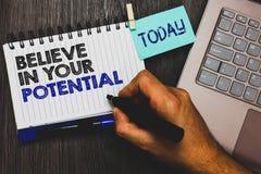O texto da escrita da palavra acredita em seu potencial O conceito do negócio para manda o motiavate da autoconfiança inspirar-se imagens de stock