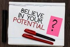 O texto da escrita da palavra acredita em seu potencial O conceito do negócio para manda o motiavate da autoconfiança inspirar-se fotos de stock royalty free