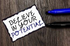O texto da escrita da palavra acredita em seu potencial O conceito do negócio para manda o motiavate da autoconfiança inspirar-se foto de stock