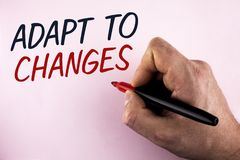 O texto da escrita da palavra adapta-se às mudanças Conceito do negócio para a adaptação inovativa das mudanças com a evolução te fotos de stock