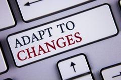 O texto da escrita da palavra adapta-se às mudanças Conceito do negócio para a adaptação inovativa das mudanças com a evolução te fotografia de stock