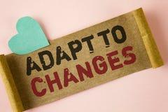 O texto da escrita da palavra adapta-se às mudanças Conceito do negócio para a adaptação inovativa das mudanças com a evolução te fotografia de stock royalty free