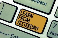 O texto da escrita da palavra aprende de ontem Conceito do negócio para o impulso a quantidade de dados recebidos e enviados por  foto de stock