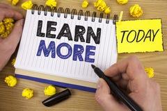 O texto da escrita da palavra aprende mais O conceito do negócio para o estudo desenvolve mais duramente habilidades que novas as fotos de stock