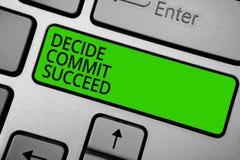 O texto da escrita da palavra decide comete sucede O conceito do negócio para conseguir o objetivo vem em um alcance de três etap Fotografia de Stock Royalty Free