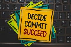 O texto da escrita da palavra decide comete sucede O conceito do negócio para conseguir o objetivo vem em um alcance de três etap Foto de Stock