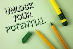 O texto da escrita da palavra destrava seu potencial O conceito do negócio para o talento Reveal desenvolve as habilidades pessoa fotografia de stock royalty free