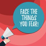 O texto da escrita da palavra enfrenta as coisas você medo O conceito do negócio para tem a coragem confrontar a análise assustad ilustração stock