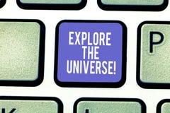 O texto da escrita da palavra explora o universo Conceito do negócio para Discover o espaço e o tempo e sua chave de teclado dos  foto de stock royalty free