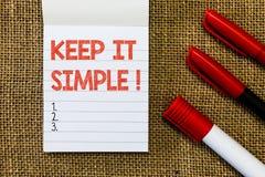 O texto da escrita da palavra mantém-no simples Conceito do negócio para Remain no lugar ou na posição simples não complicado imagens de stock