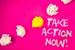 O texto da escrita da palavra toma a chamada inspirador da ação agora O conceito do negócio para o começo urgente do movimento pr Imagem de Stock
