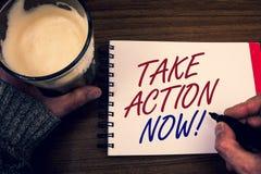 O texto da escrita da palavra toma a chamada inspirador da ação agora O conceito do negócio para o começo urgente do movimento pr Foto de Stock Royalty Free