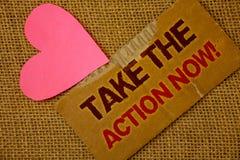 O texto da escrita da palavra toma a chamada inspirador da ação agora Conceito do negócio para o pa grosso imediatamente rasgado  Imagem de Stock